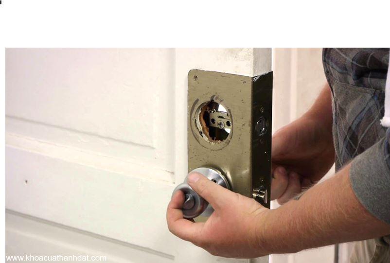 Sửa khóa nắm tay tròn